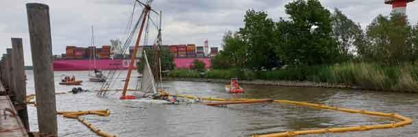Nyrenoveret sejlskib synker efter kollision