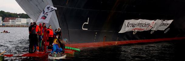 Klimaaktivister blokerer krydstogtskib