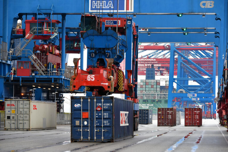Asiatisk shippinggigant vil købe sig ind i Hamborg Havn