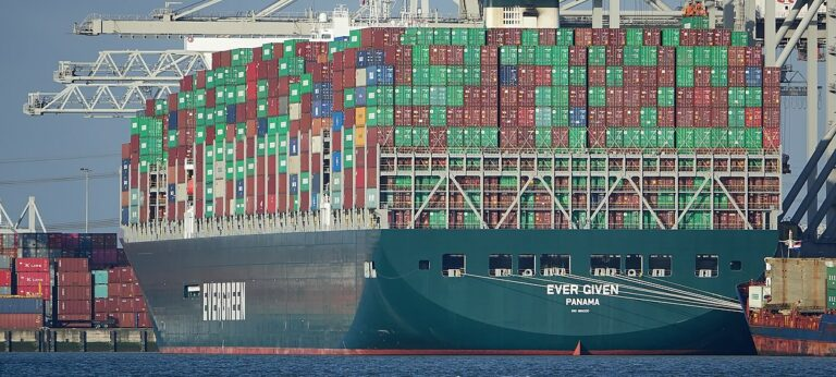 Forlader Suez-kanalen: Ever Given har lettet anker