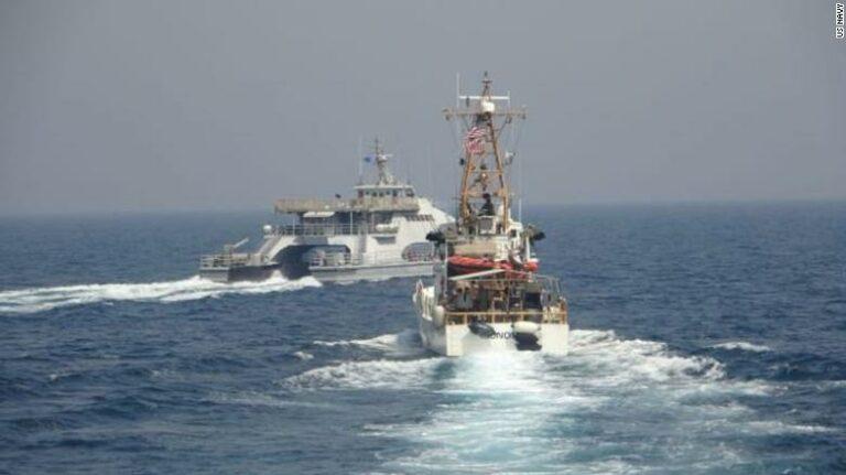 Se videoen: Iranske speedbåde jager amerikansk flådefartøj