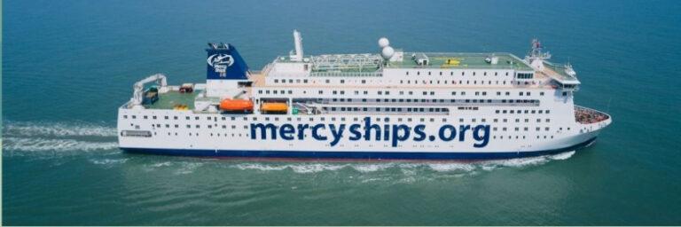 Se videoen: Verdens største hospitalsskib sejler gratis gennem Suez