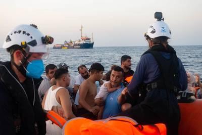 Hård kritik – Kystvagt tæsker migranter og efterlader dem på Middelhavet
