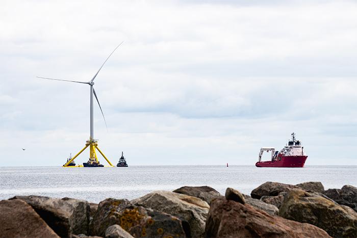 Flotte billeder: 166 meter høj havvindmølle sejler mod Norge