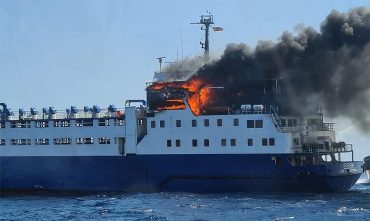 Stor brand hærger live stock carrier i Spanien