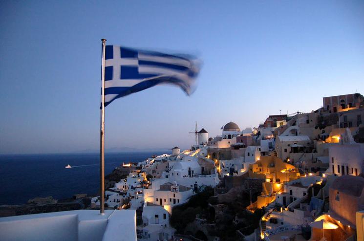 17 mennesker reddet da båd sank ud for Grækenlands kyst