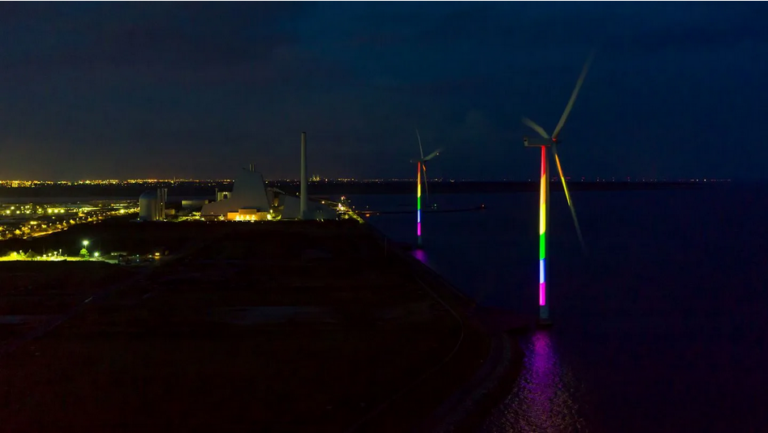 Ørsted lyser vindmøller op i regnbuefarver