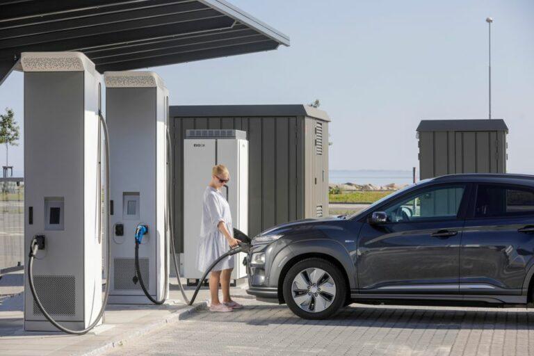 Lynladestation til elbiler åbner på Aarhus Havn