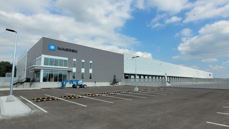 10.000 kvadratmeter: Maersk åbner gigantisk omlastningsterminal