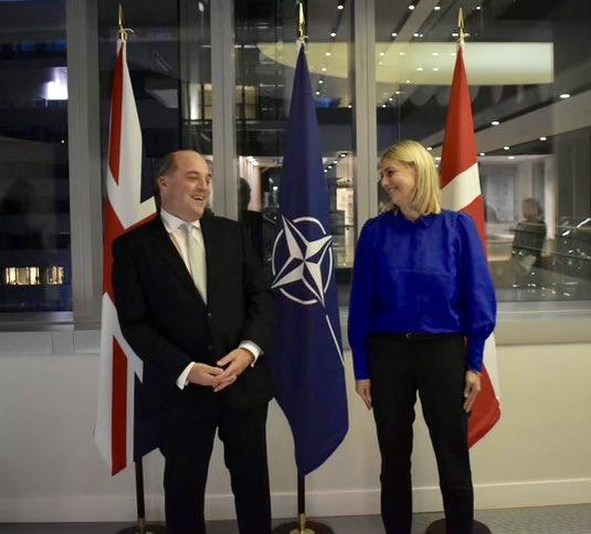 Forsvarsministeren diskuterer pirater til NATO-topmøde