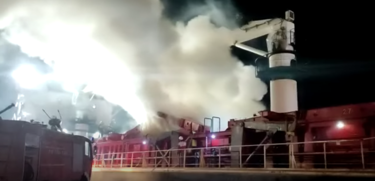 Se videoen: Fragtskib lastet med jernskrot i stor brand