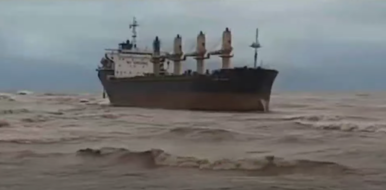 Se videoen: Bulk carrier grundstødt i Vietnam efter voldsomt vejr